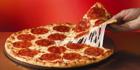 İşinin yoğun olduğu bir gün ona söylemeden iş yerine, en sevdiği sosisli, zeytinli, biberli pizza yollayın.